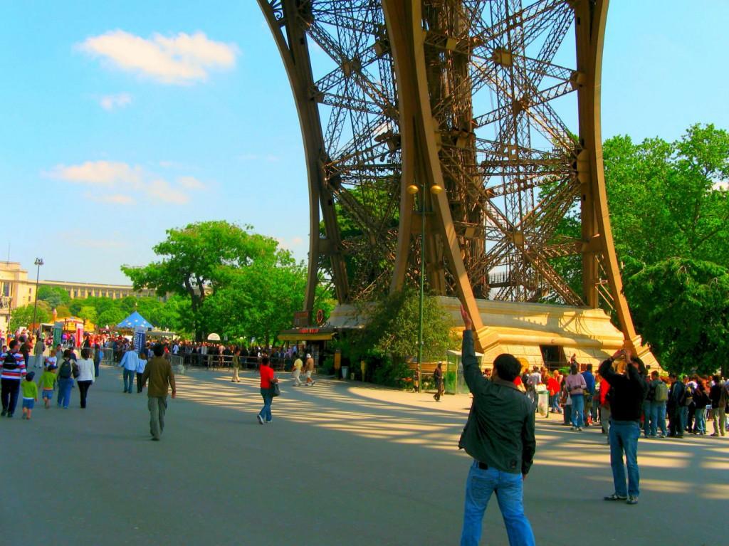 La Tour Eiffel attire chaque année bon nombre de touristes.
